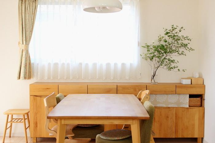 テーブルの上に物が何も置かれていないと、お部屋全体がすっきりとして気持ちが良いですね。テーブルの下の空間を上手く活用することで、いつも綺麗なお部屋の状態をキープしやすくなります。リビングの小物収納でお悩みの方は、ぜひ以下のページで紹介されている収納術をヒントにしてみてくださいね。