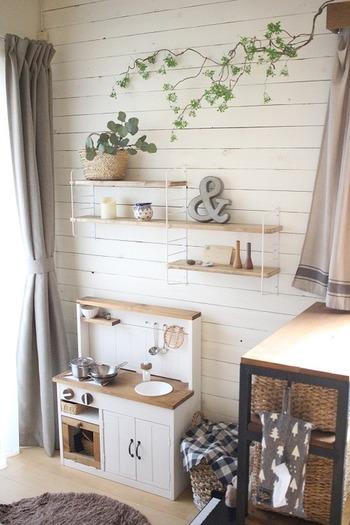 こちらは「棚の収納術」の項目でご紹介した、可愛いキッズスペースです。壁面にはブロガーさん手作りのおしゃれなウォールシェルフが設置されています。スチール製のシェルフフレームと、SPFの木材を組み合わせて作ったウォールシェルフは、ナチュラルな雰囲気でとっても素敵ですね。