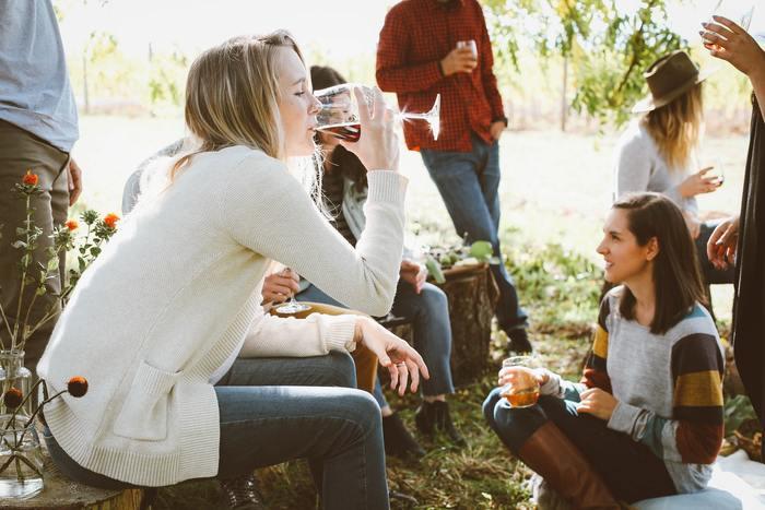 お酒の目安量は1日あたりの平均値なので、たまに飲むだけだからといって飲んでいない日数分の量をプラスして良い、というわけではありません。一度にたくさん飲むと、体に大きな負担をかけるほか、トラブルの危険が増すこともありますのでご注意ください。アルコールへの依存を加速させる可能性もありますので、お酒はバランスも考えながら飲みましょう。