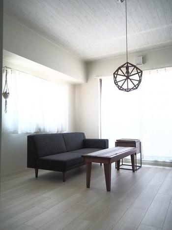 ワックス掛けの前にまずは、大きな家具を移動させましょう。 お部屋から家具を全て出すのはむずかしいので、できるだけ端のほうに寄せておきます。