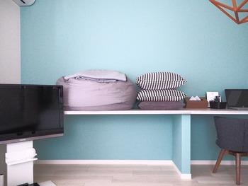 床置にしているクッション類や収納ボックスなども、テーブルや棚の上など、作業の邪魔にならず、ワックス液が飛ばない場所に移動させてスタンバイ。