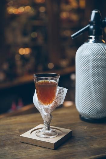 文字通り、お酒をそのまま飲むことです。水やお湯などで割る、比較的強めのお酒を飲むときの選択肢として挙げられる飲み方です。常温で飲んだり、冷やして飲んだりと温度の違いを楽しんでも良いでしょう。立ち上る香りを愉しみながら、おいしさをじっくり味わって。