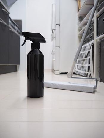 ムラなくキレイにワックスするためには、前準備も大切。 まずは掃除機を掛け、ゴミを取り除き、フローリングモップで床の汚れを拭き掃除しておきます。 油分が残っていると、うまくのらないワックス剤もありますので、油分やベタつきはしっかり落としておきましょう。