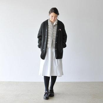 薄手のライトダウンベストは保温性が高く、ボリュームも出にくいのでレイヤードにおすすめ!ワンピースやスカートを合わせた女性らしいスタイルも可愛らしく着こなせます。