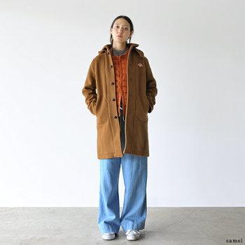 オーバーサイズのコートとワイドパンツで、ゆるっとしたシルエットの中に、ダウンベストのアクセントを利かせて気取らないデイリー感を。