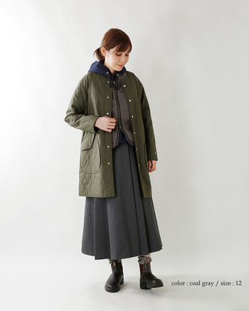 柔らかなボアベストは、ダウンベストよりも可愛い雰囲気に仕上がります。キルティングのコートと合わせて、ナチュラルなコーデに仕上げたスタイル。