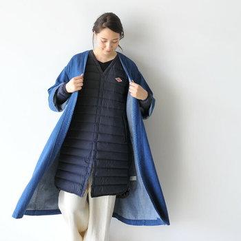 デニムを外側のアウターに。インナーにライトダウンの袖付きジャケットを合わせた個性的なスタイル。同系色のカラーで揃えているので、奇抜にならず爽やかな着こなしに仕上がっています。