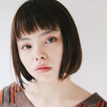 オン眉バングで大人可愛く。前髪の毛先数ミリをすいておけば、おでこに馴染みやすくナチュラルな仕上がりに。顎のラインで揃える王道ボブは小顔効果も。