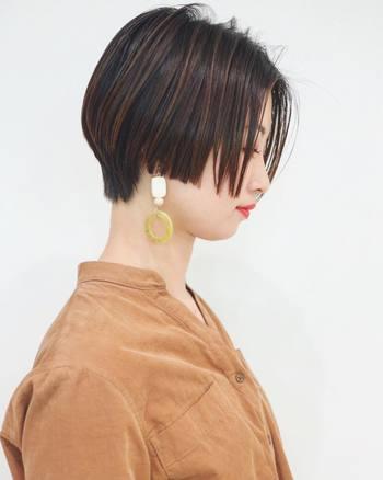 """サイドの直線的なカットがマニッシュさを演出。軽くし過ぎず毛先まで""""すとん""""と落とすことで、リュクスなツヤ感が強調されます。イヤアクセサリーもばっちり映えるスタイル。"""