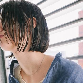"""定番人気のボブ。より女性らしい雰囲気を目指すなら、髪の一本一本から潤いが感じられるような""""ツヤボブ""""がおすすめです。  そこで今回は、数あるボブの中でも、特に髪のツヤ感が引き立つ旬スタイルを特集。後半では、ツヤを出すための簡単なセット方法もご紹介します♪"""
