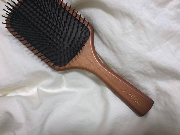 カットとスタイリング剤に頼らず、髪そのものを健康的にすることも重要です。丁寧なブラッシングに頭皮マッサージなど、髪を労わるための習慣を取り入れてみましょう。