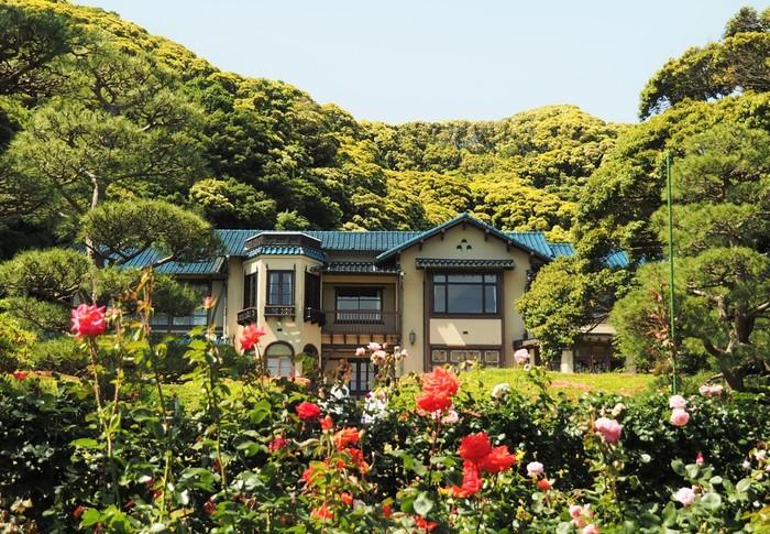 文学館内だけでなく、約1万坪の広大な庭園も見どころのひとつ。新緑やバラなどの植物が見事なので、季節ごとに散策の楽しみがあります。