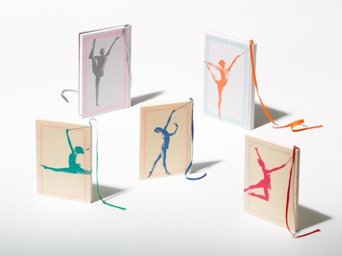 こちらは、新体操選手が描かれた表紙としおりが繋がって見える面白いノート。新体操の選手のリボンに見えるように、しおりのリボンは通常より少しだけ長めに作られているそうです。