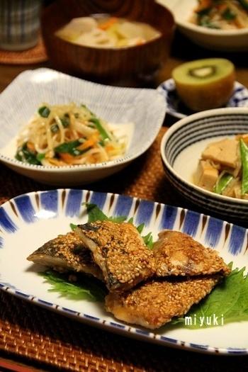 ごまを付けて焼くことで香ばしく仕上がる竜田焼きは、魚が苦手でも試してほしい料理です。ひと手間かけてだし醤油を使うことで、より風味豊かになります。あじ以外にもサバなどの青魚でも作ることができるので、色々な魚で活用しましょう。