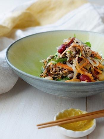 これ一皿で「まごわやさしい」の全てが揃う、万能サラダのレシピです。ツナやしらたきを使っていたり、味馴染みの良くヘルシーな食材が揃っていたりとアイディア満点!いくつか食材を変えたり、減らしてアレンジしてもいいかもしれませんね。