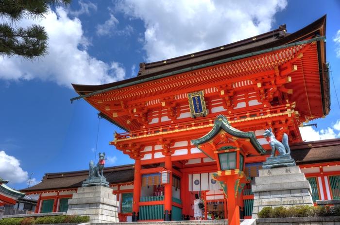 京都の観光スポットの中でも人気が高く、日本らしい情緒を感じられることで海外の旅行者からも好まれる伏見稲荷大社。全国に約3万社もあるお稲荷さんの総本宮で、1300年の歴史がある神社です。