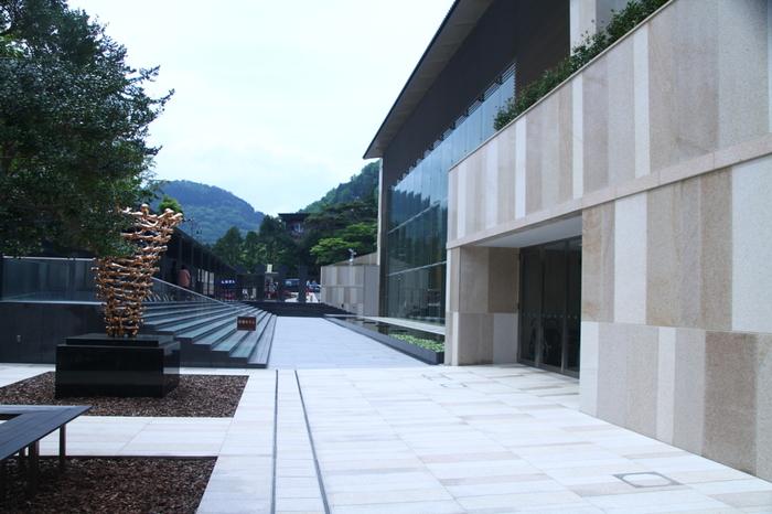 岡田美術館では、近世・近代の日本の絵画や、数千年の歴史を感じる中国陶磁などに出会うことができます。5階建ての建物に展示されているコレクションは、掛軸や屏風、やきもののほか、 土偶や埴輪、蒔絵、仏像など日本やアジアの歴史や文化を堪能できる作品が満載です。