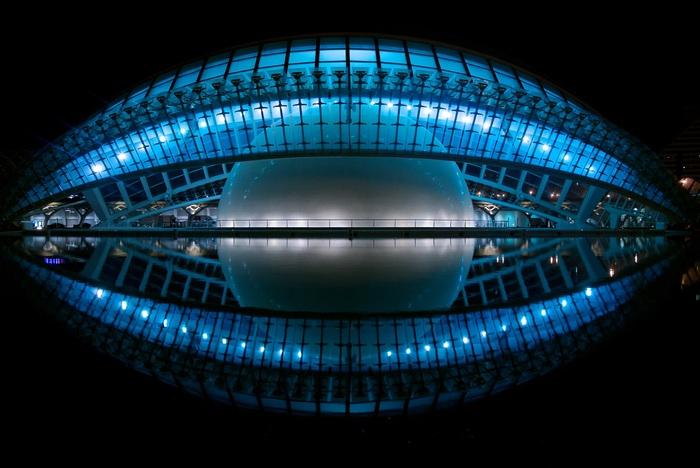 スペインのバレンシアにあるプラネタリウム・IMAXシアター「L'Hemisferic(レミスフェリック)」。巨大なプールに建設された建物の幻想的な夜景にこころ弾む♪