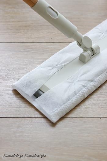 ワックスを掛けた後の日々のお手入れは、掃除機を掛けたり、箒でさっと掃き掃除。 また、ドライシートや乾いた雑巾で乾拭きするだけでもOKです。 シートは薬剤不使用タイプを選びましょう。
