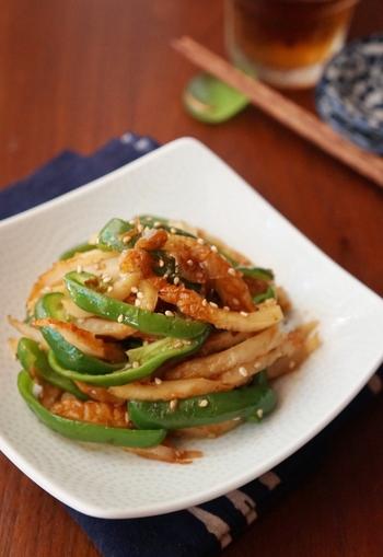 野菜も摂りたいなら、ピーマンと炒めるのもおすすめです!鰹節を加えて旨味たっぷり。甘辛の味つけでつい箸が止まらない一品になりますよ。お弁当にもどうぞ!