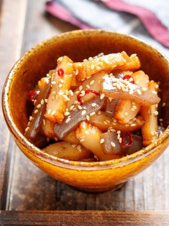 野菜がなくても一品増やせる、便利な和おかずレシピ。甘辛で濃いめの味つけとごま油の風味でご飯が進み、お弁当にもおすすめです。フライパンで10分で作れるのも嬉しいですね♪