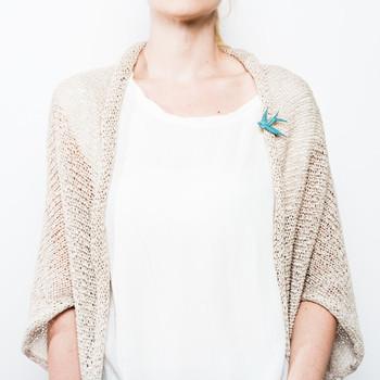 ドイツ在住のデザイナーによるスワロー(つばめ)ブローチ。木のモチーフに淡い彩色をほどこし、カーディガンやシャツなどのアクセントにぴったりな仕上げです。ミントのほか全16色とカラーバリエーションも豊富。