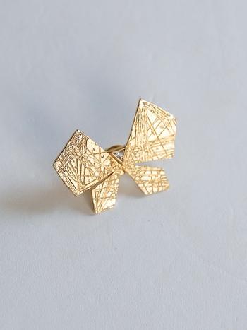 幾何学的なシルエットに繊細な羽根模様、さりげなくあしらったスワロフスキーなど、シンプルながら上質感ある仕上げはフォーマルにも映えます。