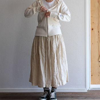 パーカーとAラインスカートの組み合わせはカジュアル派の大定番。そんな人とかぶりやすい装いも、ホワイトを基調にすることで一歩進んだコーディネートに。
