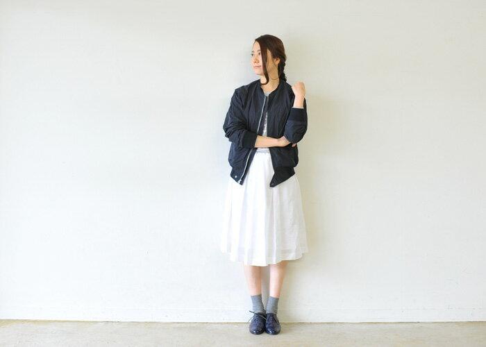 男性的なイメージが強いブラックのブルゾン。ボトムには真っ白のギャザースカートを指名し、旬のテイストMIXコーディネートに。足元はソックス&レザーシューズでクラシカルにまとめて。