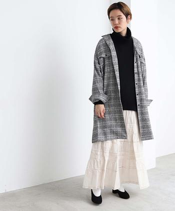 ゆるめのニットとロングスカートの着こなしに、チェック柄のロングジャケットをON。適度な緊張感が加わって、ほんのり都会的なフェミニンスタイルが完成。