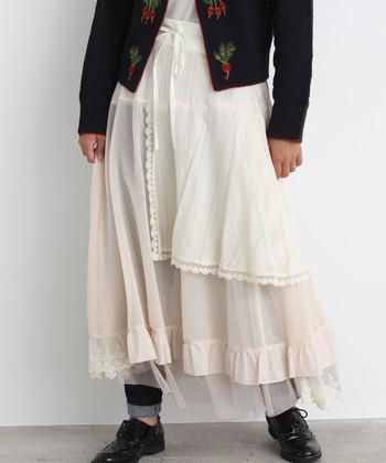 重量感のあるニットも、ダークな色合いのアウターも、一瞬にして軽快な印象に早変わり。フェミニンでいて爽やかな、ひとつ上の秋冬スタイルが完成します。  今回は、ホワイトのふんわりスカートを取り入れた、ちょっぴり新鮮な秋冬コーディネートをご紹介♪