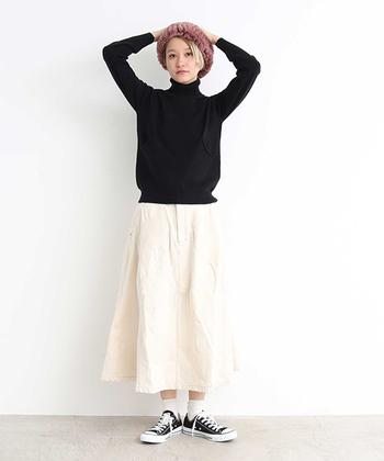 これから出番が増えるブラックのタートルネックニット。スカートやソックスでホワイトを多めに注入すれば、いつもよりクリーンな雰囲気に。