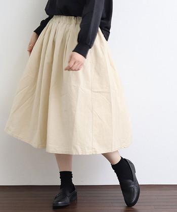 コーディネートが明るくまとまるホワイトのふんわりスカート。いつものボトムから変えるだけで、軽やかな着こなしが簡単に完成します。「コーディネートの重たい印象をなくしたい…」という方は、ぜひ参考にしてくださいね♪