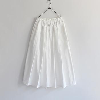 """暗い色と重たい素材が多くなるこの時期のワードローブ。晴れやかな軽さを呼び込みたいなら、""""ホワイトのふんわりスカート""""が使えます。"""