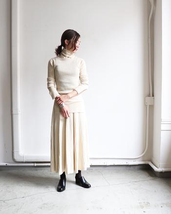 クリーム色に近いホワイトを装いのメインカラーに。平面的にならないよう、バングルとシューズでリッチな光沢感を足し算。