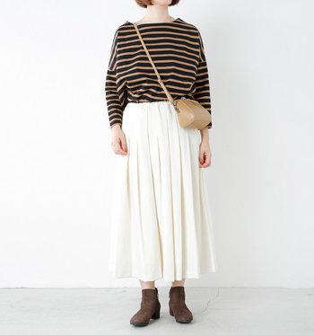 キャメル寄りのブラウンとホワイトは、着る人の気品を高める洗練カラーブロック。ボーダーTシャツもカジュアルな印象を抑えられます。