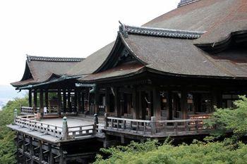 伏見稲荷大社からバスや電車で40分ほどで行くことができるのが清水寺。清水寺だけなら30分ほどで拝観できますが、縁結びの地主神社や待ち時間の長い音羽の滝にも寄る場合は1時間~1時間半ほど見ておくとよいでしょう。