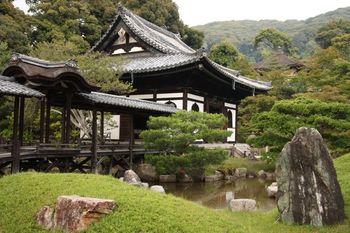 清水寺から三年坂や二年坂を通って、徒歩で10分程で行けるのが高台寺。庭園や竹林が美しく、特に桜と紅葉の時期にはより一層魅力的な景観になります。大体30分ほどで見て回ることができます。