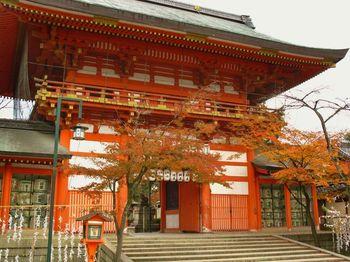 高台寺から徒歩で6分ほどの八坂神社。30~45分ほどで拝観できます。  参拝後は、京都らしい風情が漂う花街の祇園を散策したり、繁華街の河原町でお茶やショッピングをするのもよいでしょう。