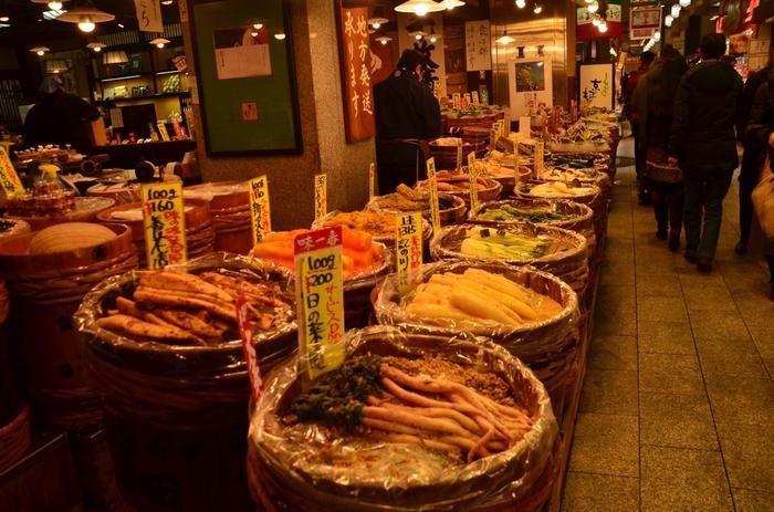 河原町駅から徒歩5分の錦市場。「京の台所」とも呼ばれていて、京野菜や京漬物、豆腐、お寿司、和菓子などのお店が並んでいます。お土産を買う他、食べ歩きを楽しむこともできますよ。
