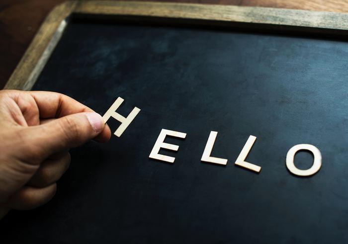 """「あいさつ」はどれも簡単な言葉。儀礼的と捉えられがちですが、家族、学校、職場、ビジネス、コミュニティなどの「人と接する場」において、基本的なマナーとして、とても大切な役割があります。  """"あいさつ=あなた(相手)の存在をちゃんと認めていますよ""""というサイン。  そのような大切な意味も含むため、あいさつは『相手の心に近付くための、大切なコミュニケーションの第一歩』になるのです。  先ほどご紹介したように、「人間関係をより心地良く、スムーズにするための円滑油」としての役割も果たします。しっかり心に留めておきましょう。"""