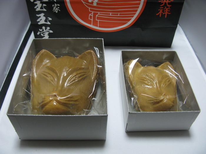 伏見稲荷名物なのがキツネの顔型の稲荷せんべい。その発祥のお店が総本家宝玉堂です。京都の白味噌を使ったおせんべいで、白味噌の甘さと白ごまの香ばしさが口の中に広がります。
