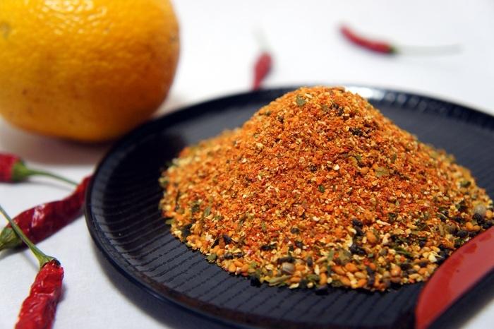 昭和初期に創業された老舗の七味唐がらし店。好みに応じて七味唐がらしを調合してもらえます。香りが爽やかなゆず入りの七味も人気です。