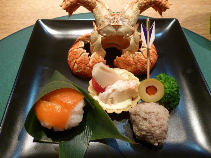 5月の「皐月懐石」。兜に見立てた海老の頭に、ちまきのようにくるんだお寿司など端午の節句をテーマに盛り付けがされています。