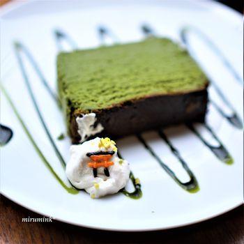 京都らしい抹茶スイーツや抹茶ラテが人気。添えられたクリームには小さな鳥居が!
