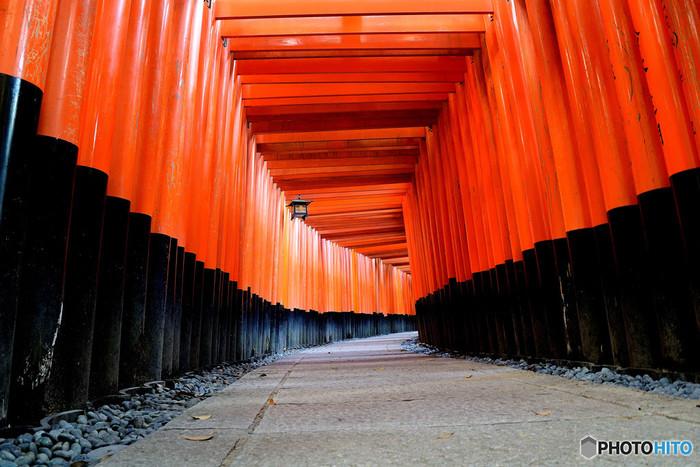 伏見稲荷の象徴ともいえる、千本鳥居。この鮮やかな朱色は「稲荷塗り」と呼ばれ、魔力に対抗する意味が込められています。
