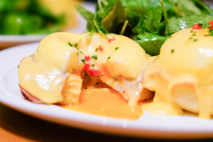 """""""ニューヨークの朝食の女王""""と絶賛されたサラベスの国内第1号店としても有名な人気朝食レストラン。ここに来たなら絶対食べたいエッグベネディクトの他にも、絶品のフレンチトーストやパンケーキなども頂くことができます。"""