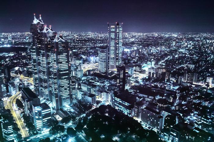 スカイツリーに登らなくても、無料で大都会の夜景を楽しめるスポットがここ!東京都庁最上階にある展望室です。東京都庁第一本庁舎にあり、レストラン&バー、ちょっと面白い東京のお土産が買えるギフトショップも併設されています。  ※南展望室は都庁舎改修工事に伴い、現在休室中(平成31年春頃リニューアルオープン予定)です。