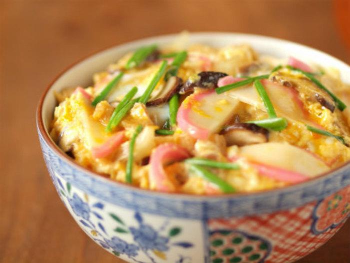 一品料理を作りたいなら、かまぼこが主役の木の葉丼がおすすめです。油揚げのコクや椎茸の旨味がポイントになっていて、お肉なしでも食べごたえがあって美味しいですよ。さつま揚げを使っても旨味が増しそうです。
