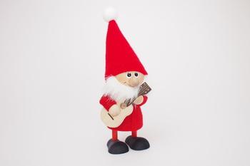 ギターを持った妖精の「トムテ」。北欧のクリスマスには欠かせない存在なんですよ。木製なので温かみも与えてくれますね。笑顔と一緒に幸せを運んできてくれるアイテムです。